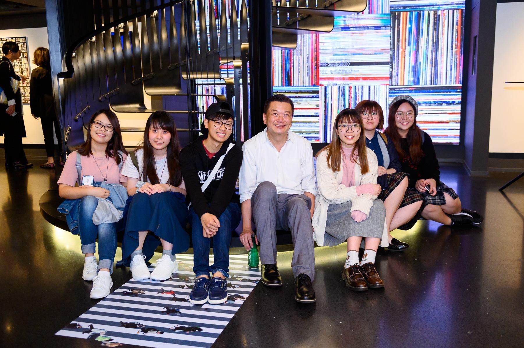這次跟Wing Chan 合作的過程愉快,其中一個原因是Wing 很喜歡跟同學們分享和交流。(攝於Urbanmontage 展覽開幕酒會)