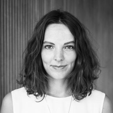 Mirjam Kooiman是阿姆斯特丹FOAM Photography Museum的藝術歷史學家及策展人,她曾負責多位知名藝術家的展出如艾未未:#SafePassage、Paul Mpagi Sepuya:Double Enclosure、Daisuke Yokota:Matter、Awoiska van der Molen:Blanco,以及2015年和2016年度的Foam Talent巡迴展覽。於2017年,她在Foam的項目空間Foam 3h與墨西哥、尼日利亞及印尼的攝影平台展開了一系列的合作,創建出一個有關攝影文化知識交流的國際平台。 她目前正在研究攝影如何與虛擬現實、遊戲和線上體驗建立相聯性。 Mirjam擁有阿姆斯特丹大學藝術史學士學位和博物館策展碩士學位;曾於阿姆斯特丹的Stedelijk博物館擔任策展人;她也是Foam Magazine的定期撰稿人。