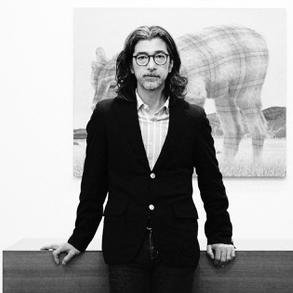 石井先生於1994年在東京建立了Taka Ishii Gallery,在過去的25年裡,為日本知名的攝影師和畫家舉辦了多個展覽,並且推廣不同新晉日本藝術家的作品。 通過定期參加Art Basel及Frieze Art Fair等國際藝術博覽會,石井先生為提高他所代表的日本藝術家的國際認可作出了非凡貢獻;與此同時,他亦積極向日本觀眾介紹歐洲和美國的當代藝術,並於2011年2月在東京成立了專注於攝影的畫廊Taka Ishii Gallery Photography / Film,展示日本戰前及戰後一代的攝影師作品;更於香港灣仔設立了SHOP Taka Ishii Gallery , 進一步為日本藝術開扣更廣視野。石井先生是日本芸術写真協会(Fine-Art Photography Association)的代表主席,該協會於2014年推出了代官山攝影展。