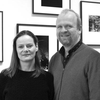 Annemarie Zethof和Martijn van Pieterson是ibasho gallery的創始人及董事;ibasho於2015年3月開辦,是一家位於比利時Antwerp專門從事日本美術攝影的畫廊,展出多位來自日本的知名攝影師和新晉人才,以及在日本工作過的非日本籍攝影師。ibasho定期於畫廊舉辦團體及個人展覽,並參加Paris Photo、AIPAD、Photo London及Unseen等藝術博覽會。於2017年8月,ibasho開設專門提供日本攝影集的書店,作為畫廊的延伸。Martijn和Annemarie最近擔任客席策展人,為位於荷蘭Leiden的Japan Museum Sieboldhuis舉辦Japanese Nude展覽。