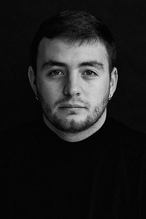 Sergey Melnitchenko - 生於 1991 年,是一位新晉烏克蘭攝影師。自 2009 年從祖母手中 接過第一部數碼相機後,便開始了他的攝影生涯。Sergey 曾於世界各地參與了超過 100 個個展及聯展,並獲獎無數,其中包括 2017 年憑著「 Behind the Scenes」 系列贏 得 Leica Oskar Barnack Newcomer Award。https://melnitchenko.com/