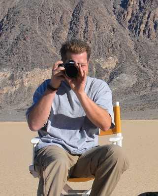 Randy Van Derstarren - 加拿大安大略省京士頓市皇后大學 (Queen's University) 電影系的畢業生。他在商業藝術和廣告方面的研究加上他對攝影的熱愛,創造了不僅在視覺藝術領域脫穎而出,而是在情感及個人層面上與觀眾分享故事的標誌性圖像。他的攝影作品早已在國際知名畫廊、機場以及大使館展出過,亦與多倫多交響樂團合作過。https://www.takeyourseatonline.com