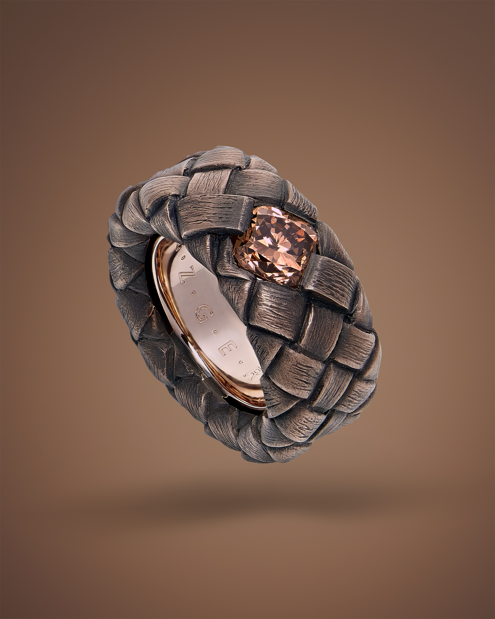 """Bague tressée en or rouge 6N """"deep red"""" 18 Ct 750/1000e, ornée d'un diamant brun """"intense orange brown"""" taillé en coussin de 2,17 carats.Ressort intérieur."""