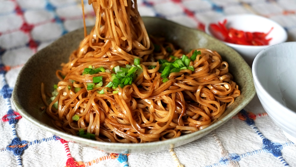 Black Sauce Noodles with Fried Garlic
