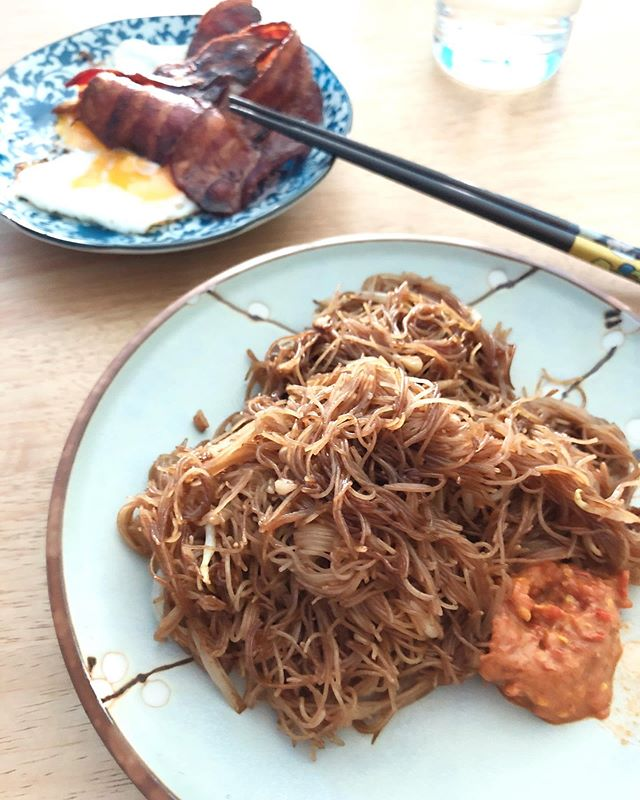 Sometimes the best way to satiate a craving is by whipping it up in the hot 🥵 kitchen as soon as you can. ⁣ ⁣ I'm not very good at frying bee hoon but I try my best and, while it may not look good, it sure tastes great! 👍🏻⁣ ⁣ #kitchenmissus #friednoodles #noodleworship #sgfood #sgfoodblogger #delicious #healthylunchideas #noodles #foodphotography #easylunch #foodie #asianfood #instafood