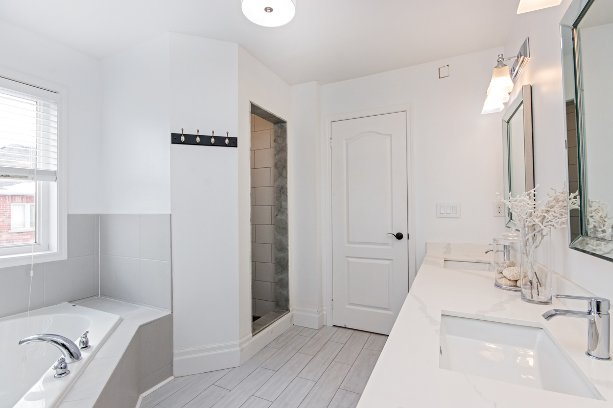 3346 Moses Way - Large ensuite bathroom