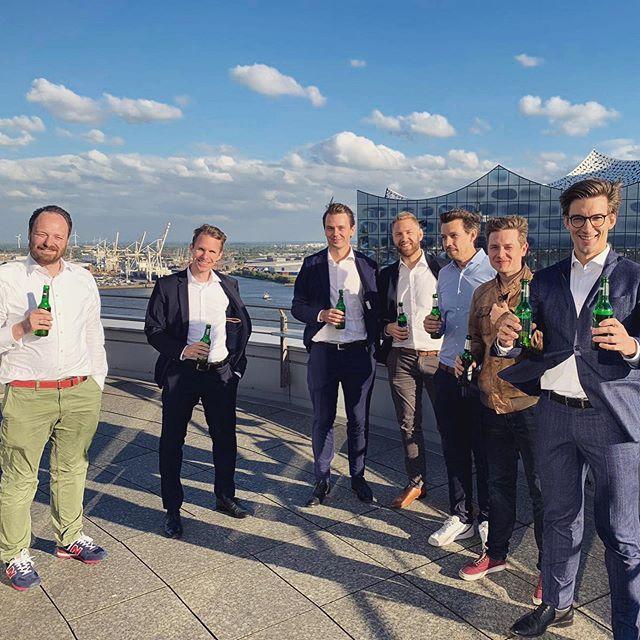 RT4 meets RT1 ☀️🍻 Unsere Tabler, Wessel und Daniel, waren gestern zu Besuch beim RT1 Hamburg. Es gab einen spannenden Aufnahmevortrag und wir konnten die Werbetrommel für unsere Players Night am 23.08.19 rühren. Alle Infos dazu auf www.rt4-golf.de 🎉  #roundtable #rt4 #weilwirdasmachen #hellofromrt  #friends #gentleman  #service #serviceclub #hamburg #support #donate #socialengagement #classy #engagement #social #tabler #business #network #friendship #charity #roundtablegermany #rtinternarional #rotary #rotaryclub #summer #meeting #elbphilharmonie #selfie