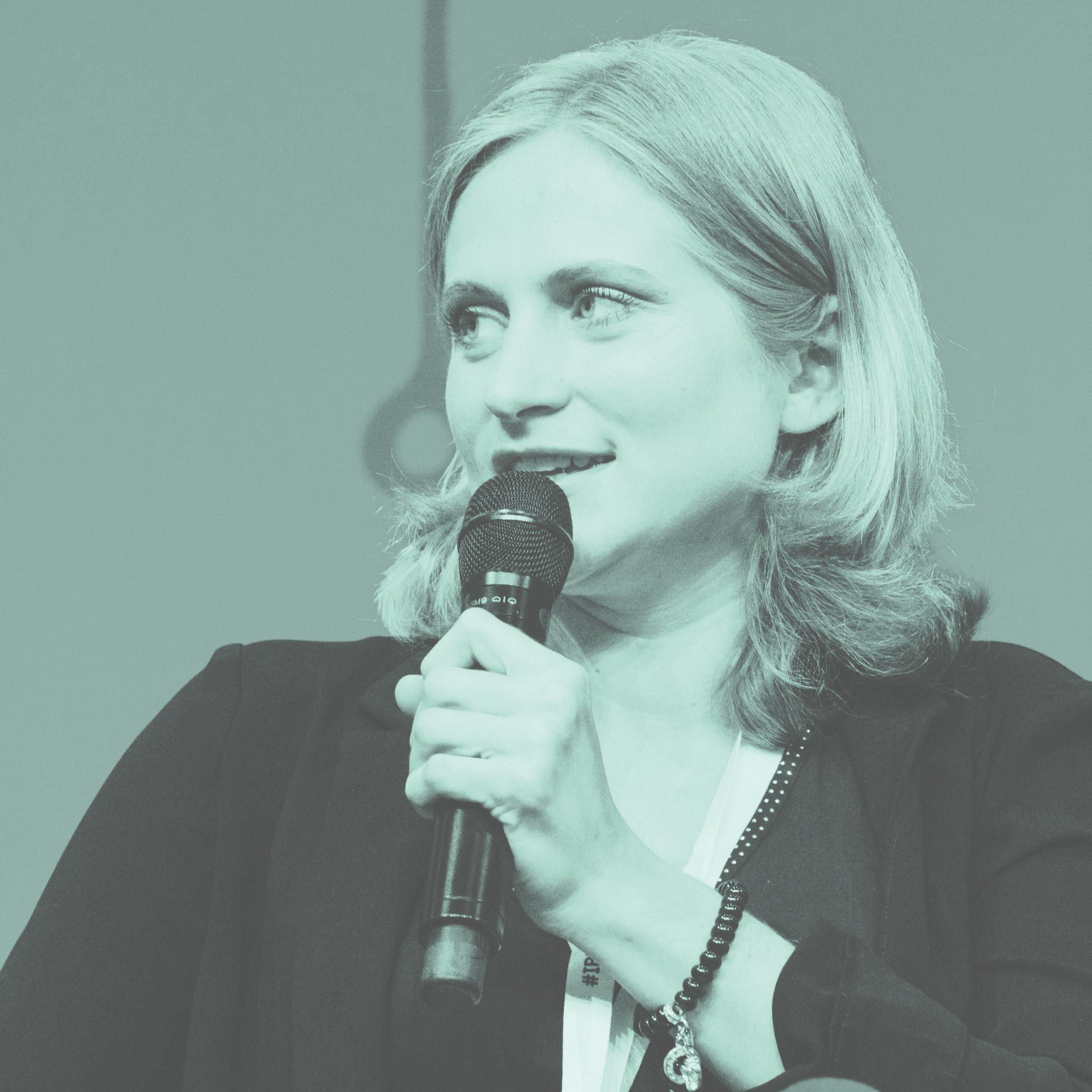 laura fichtner - forscht als interdisziplinäre Wissenschaftlerin an der Schnittstelle zwischen Informationstechnologie, Ethik, Politik und Gesellschaft und ist wissenschaftliche Mitarbeiterin in der Arbeitsgruppe für Ethik in der Informationstechnik innerhalb des Fachbereichs für Informatik an der Universität Hamburg. Dort arbeitet sie auch an ihrer Dissertation zum Thema Werteund Internet Governance.