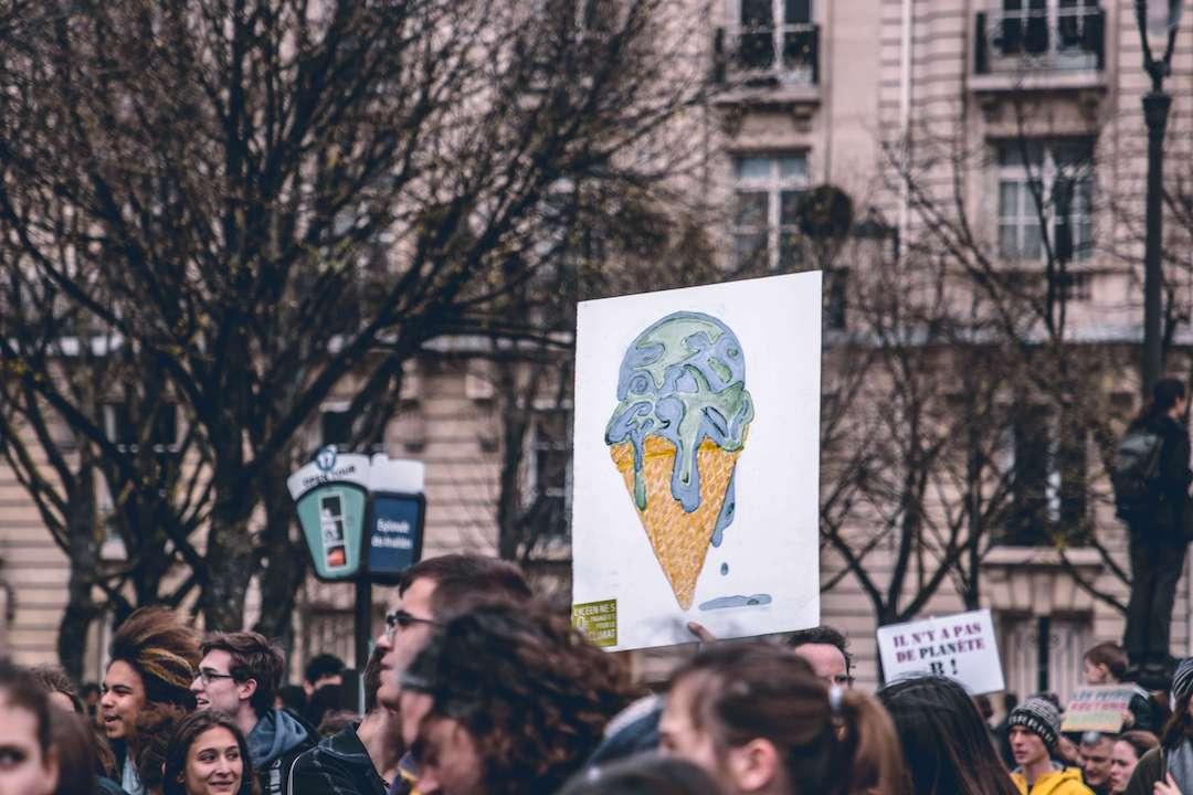 """""""Das, was wir versäumt haben, dafür können wir uns bei der Generation meiner Kinder nur entschuldigen. Und wir können sie unterstützen, wenn sie aufsteht. Das sollte unsere Aufgabe sein, statt sie zu kritisieren."""" Frank Stöber zur Fridays-Bewegung. Photo by  Harrison Moore  on  Unsplash"""