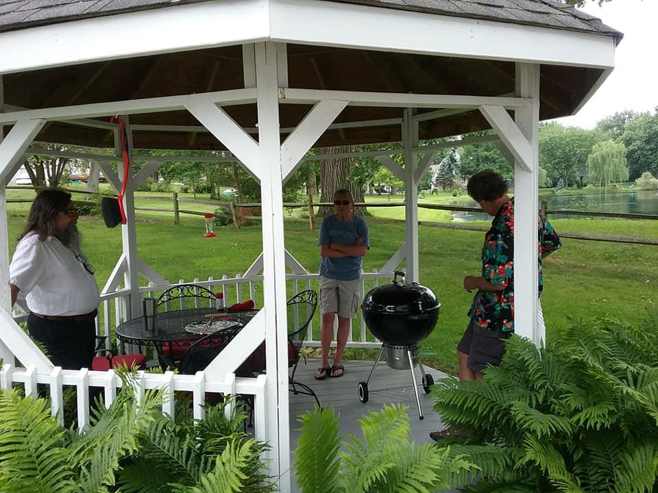 Maebs picnic outside Joe.jpg