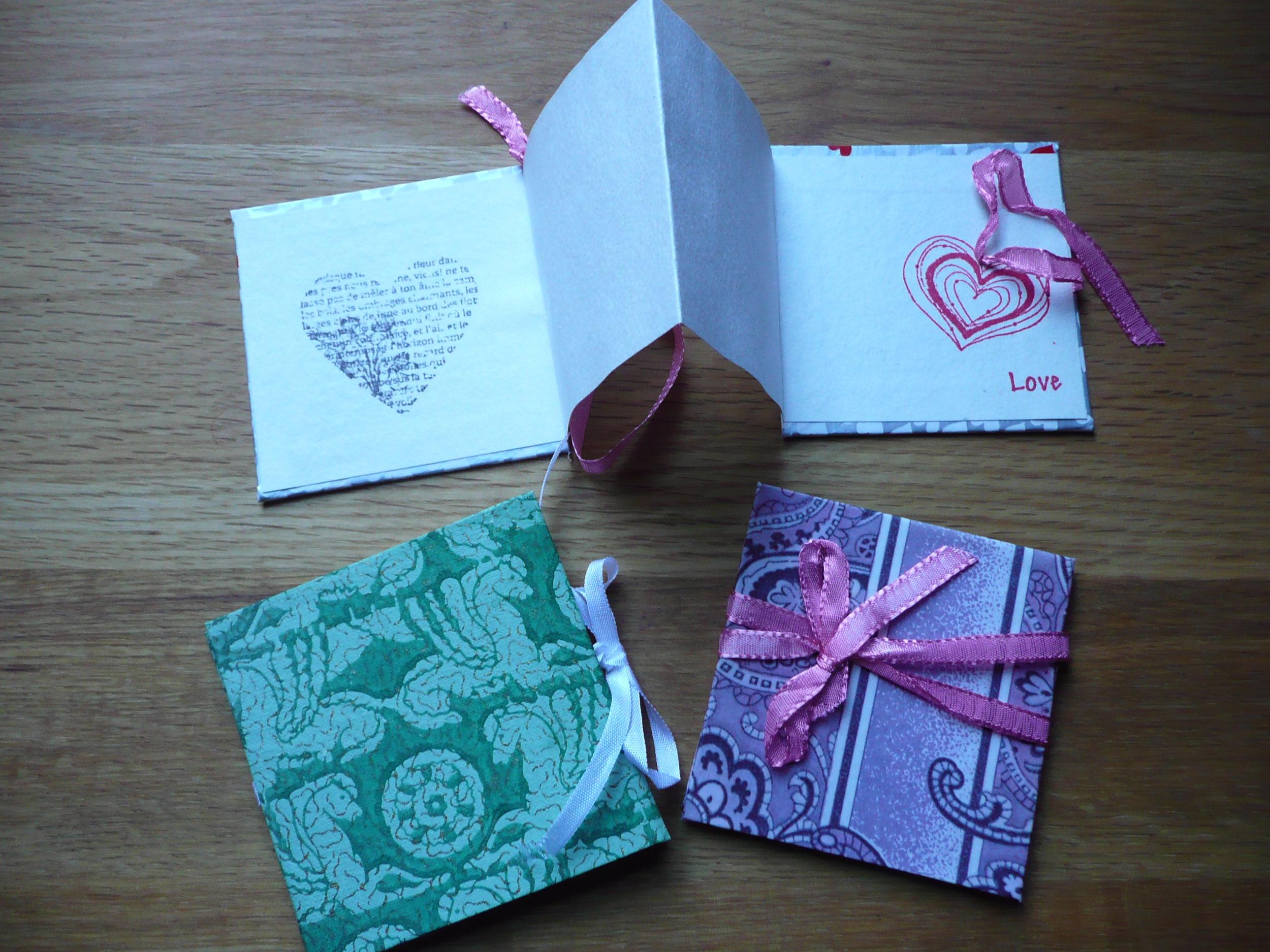 December 2013 : Caroline showed everyone how to make zig zag cards.