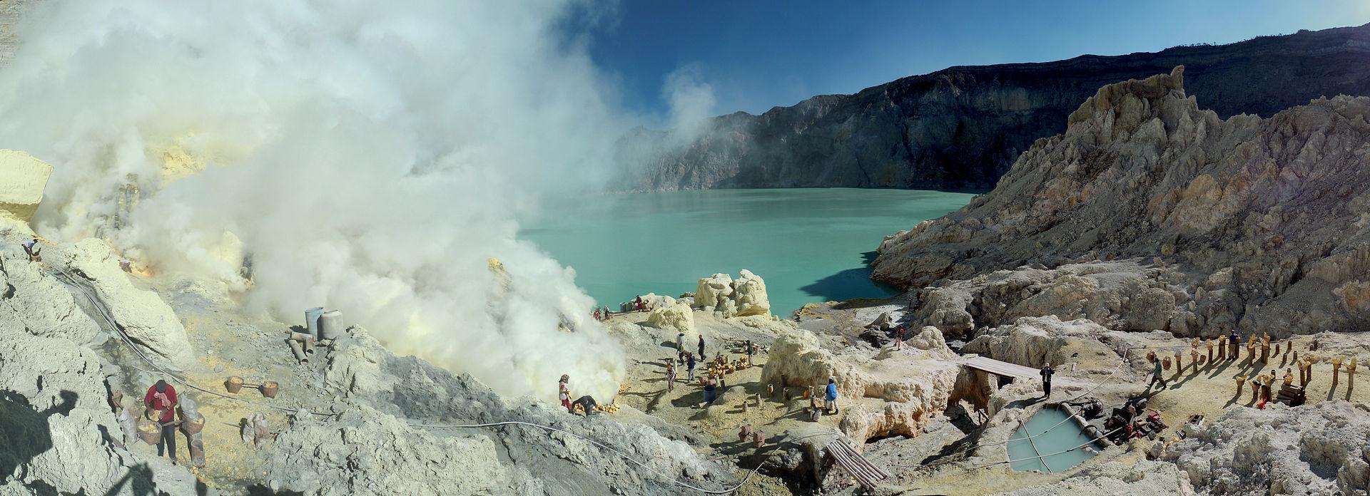 Sulfur_mining_in_Kawah_Ijen_-_Indonesia_-_20110608.jpg