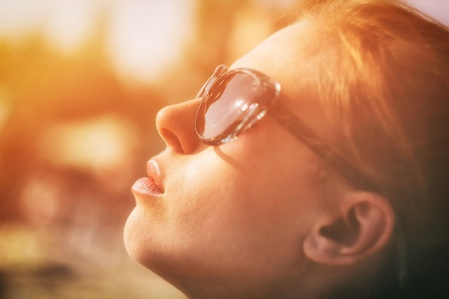 woman_sunglasses_face_to_sun.jpg