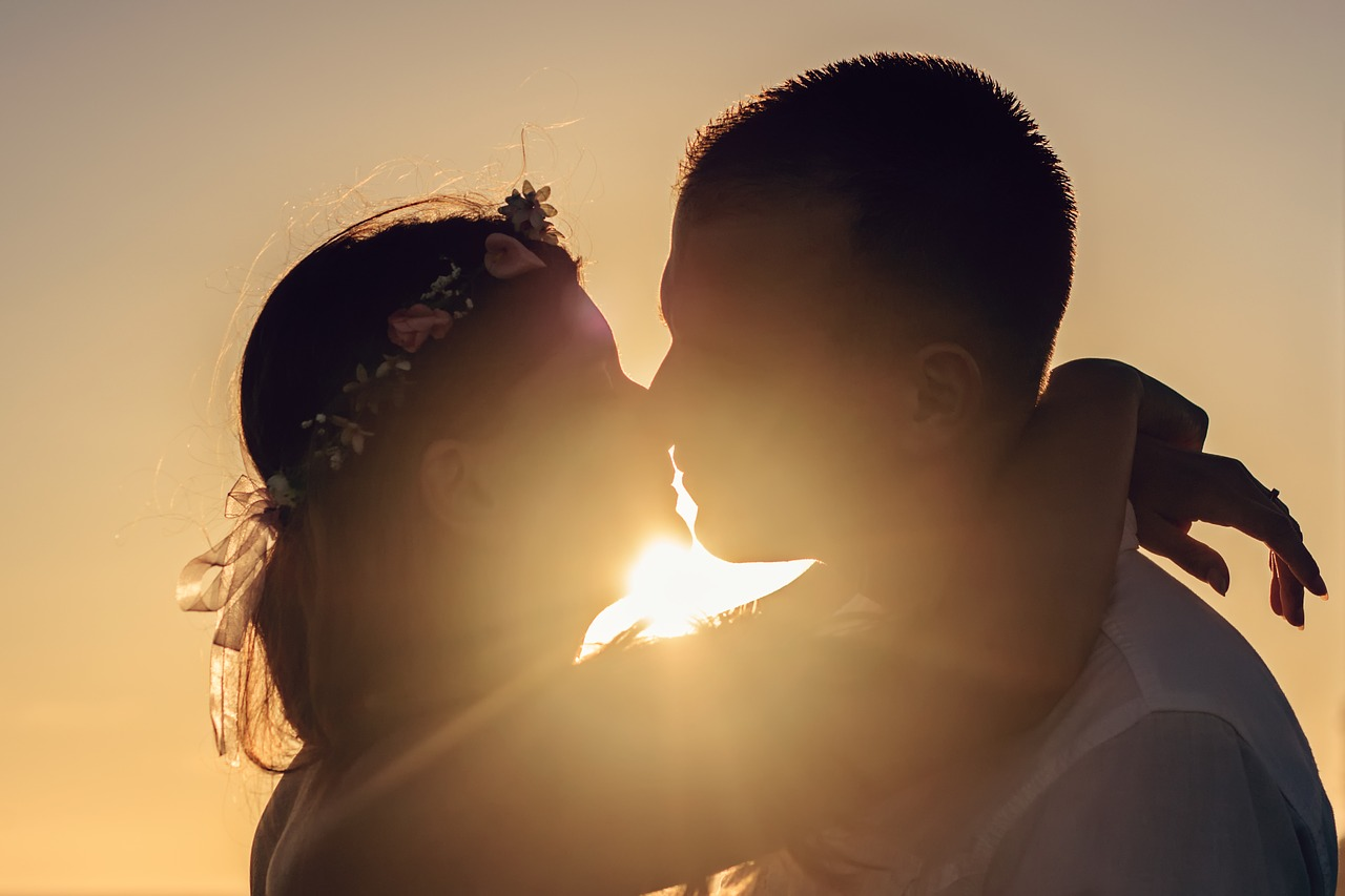love_couple_kissing_sunset.jpg