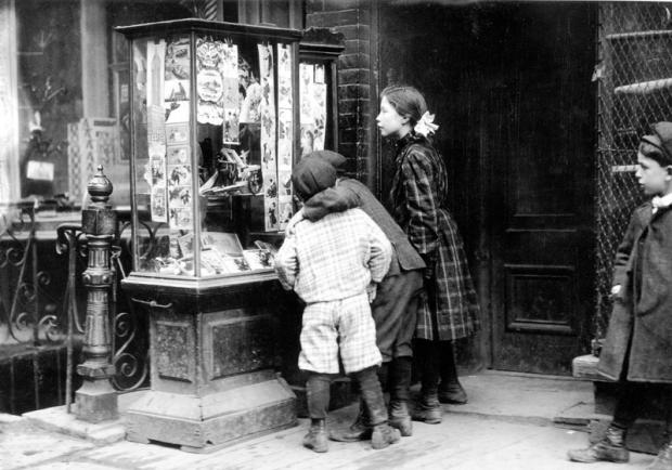 Children look at Christmas cards in New York, 1910, New York Times Archive/Public Domain