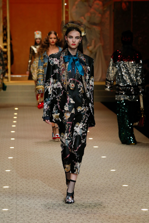dolce-and-gabbana-fall-winter-2018-19-women-fashion-show-runway-07.jpg