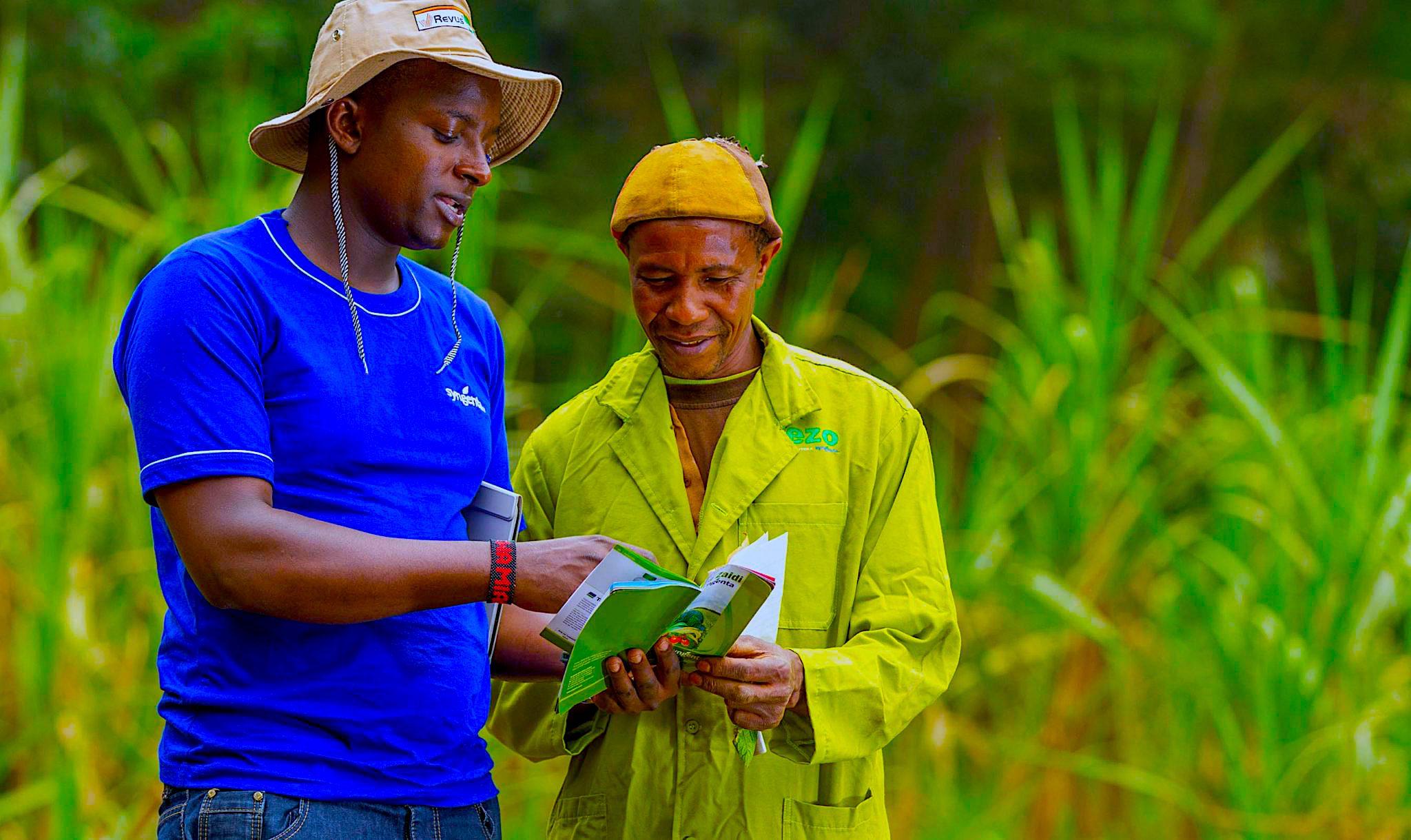 Nickson-Muturi-et-un-agriculteur-kenyan_-eShamba-1.jpg