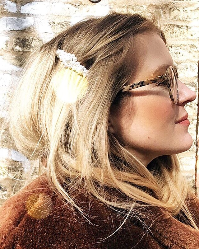 🌸🌻🌷🌼🐣Good morning from Gothenburg! Still in love with this pic and hair accessory 😍...have a lovely and sunny day! #byebyeordinary . . . #eastermorning #blondehair #hairaccessories #pearls #fashionstylist #creativeconsultant #göteborg #münchen #mummytobe #creativemornings #fakefur #newglasses