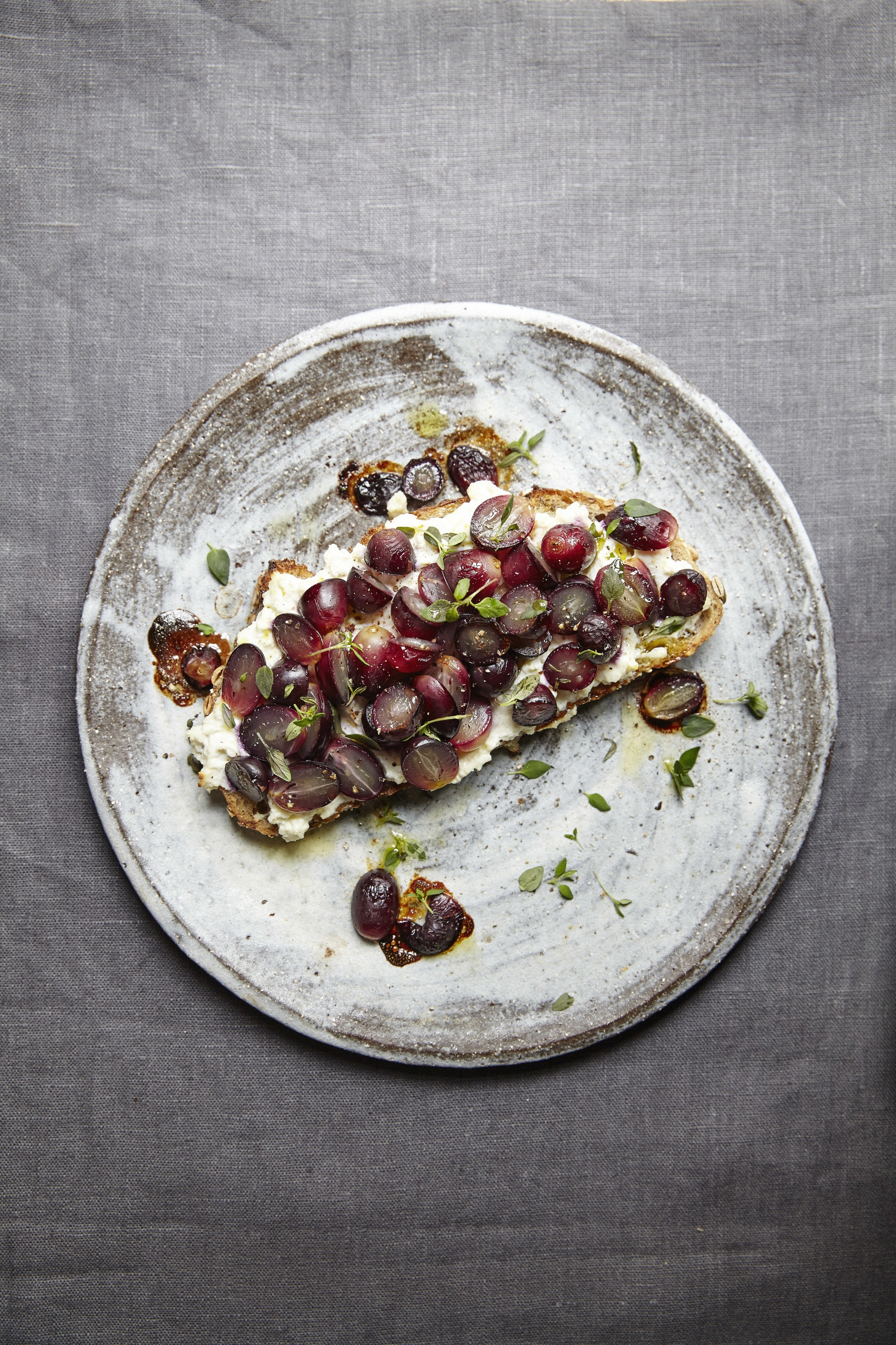 table-magazine-grapes-with-ricotta-on-rye