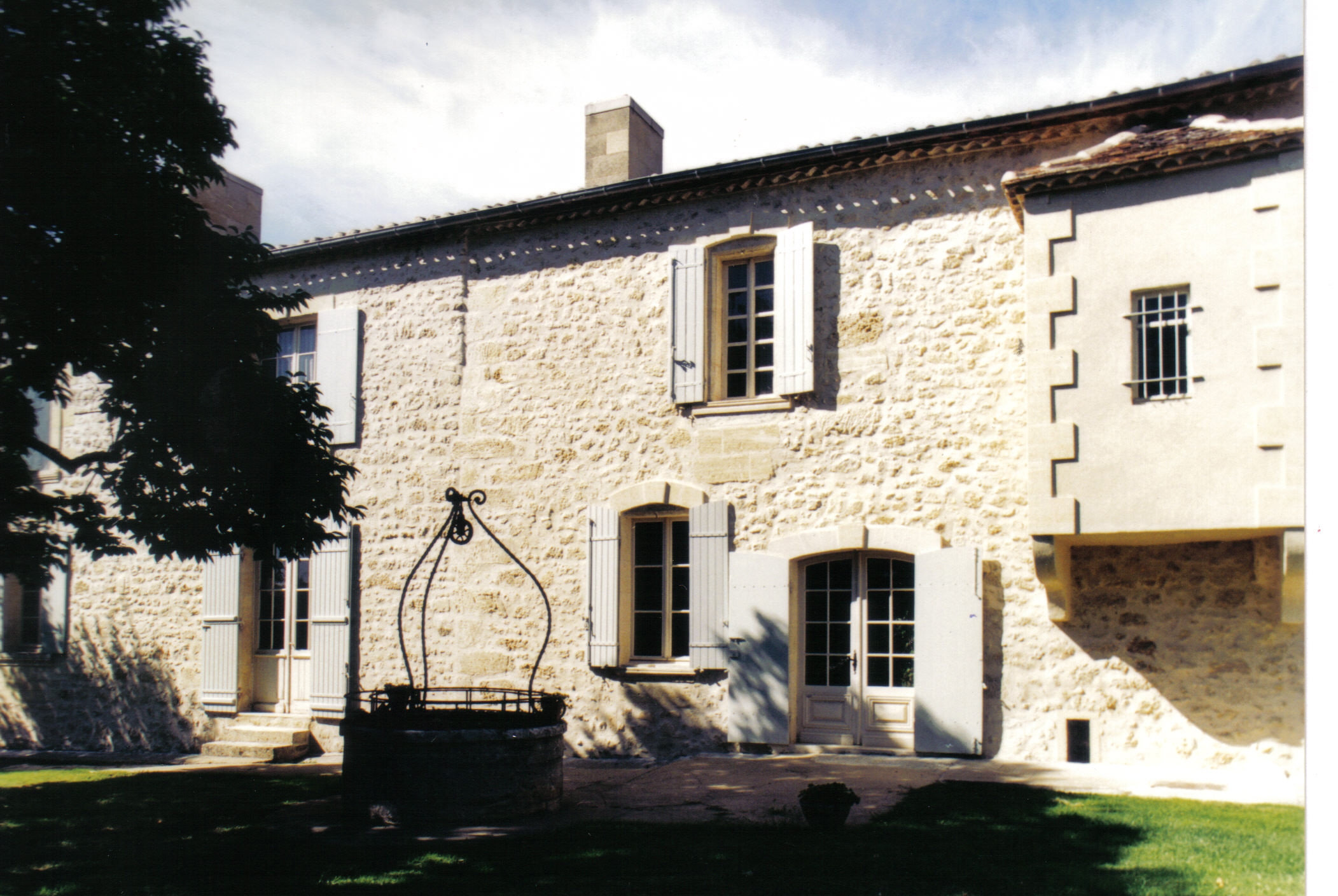 The property - The Genesis of 1800:This family vineyard was born several centuries ago ... 200 years of history, built by the same family whose cradle was this pretty bourgeois house. One of our ancestors, a grunt of the Napoleonic army, received a dowry by marrying the same day as the Corsican emperor. The story goes that this is how he got his first ares of vines.