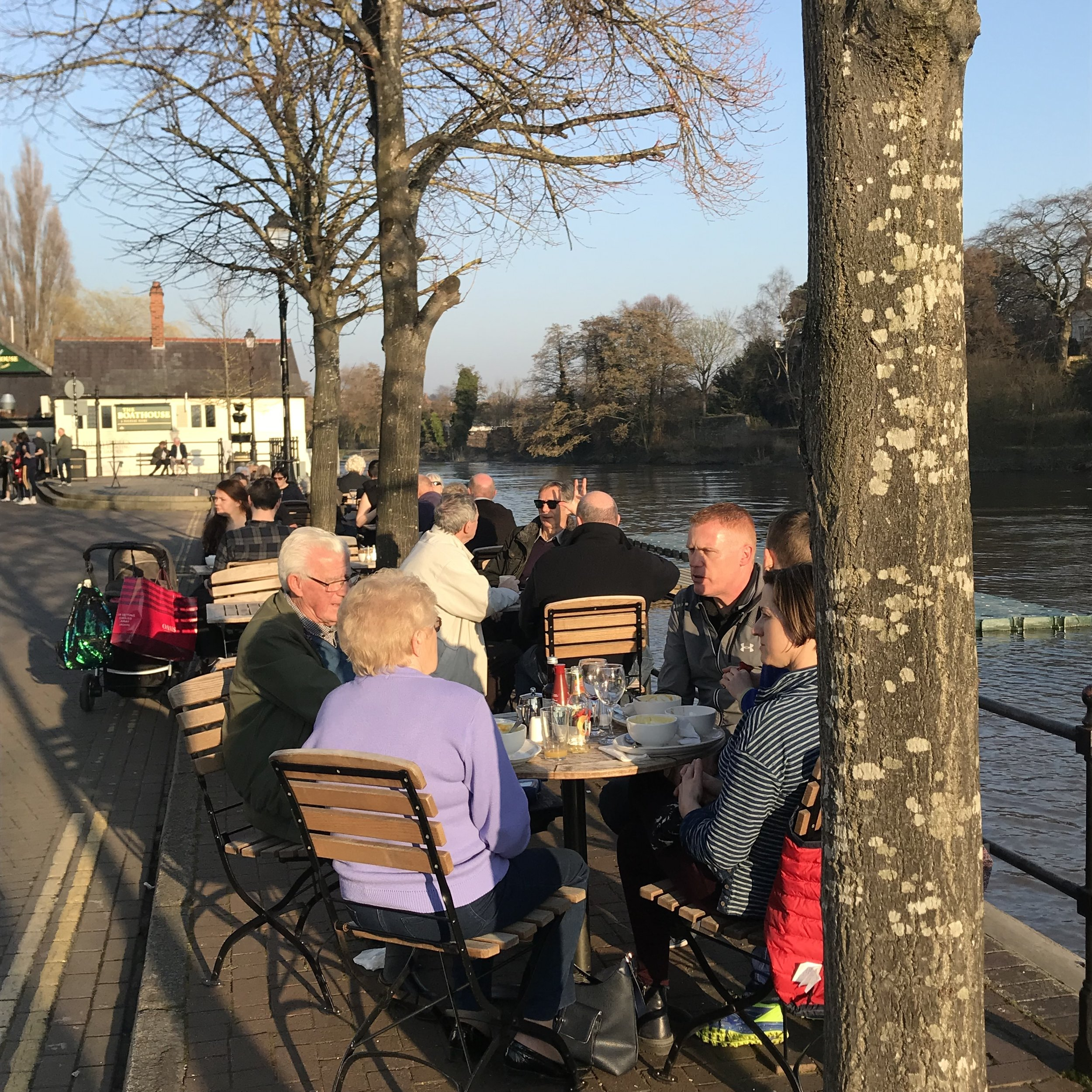 Outdoor riverside seAting at the moorings