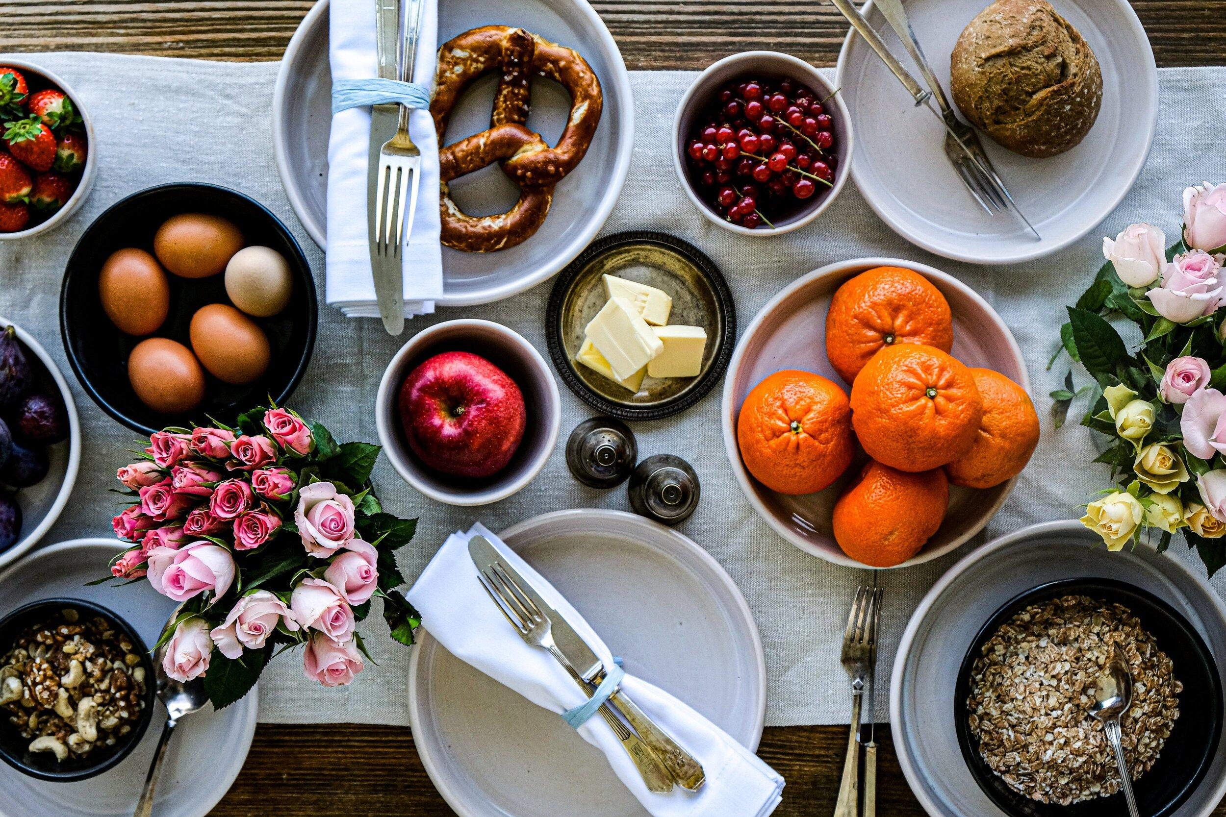 Ein Tisch - – mit Liebe gedeckt