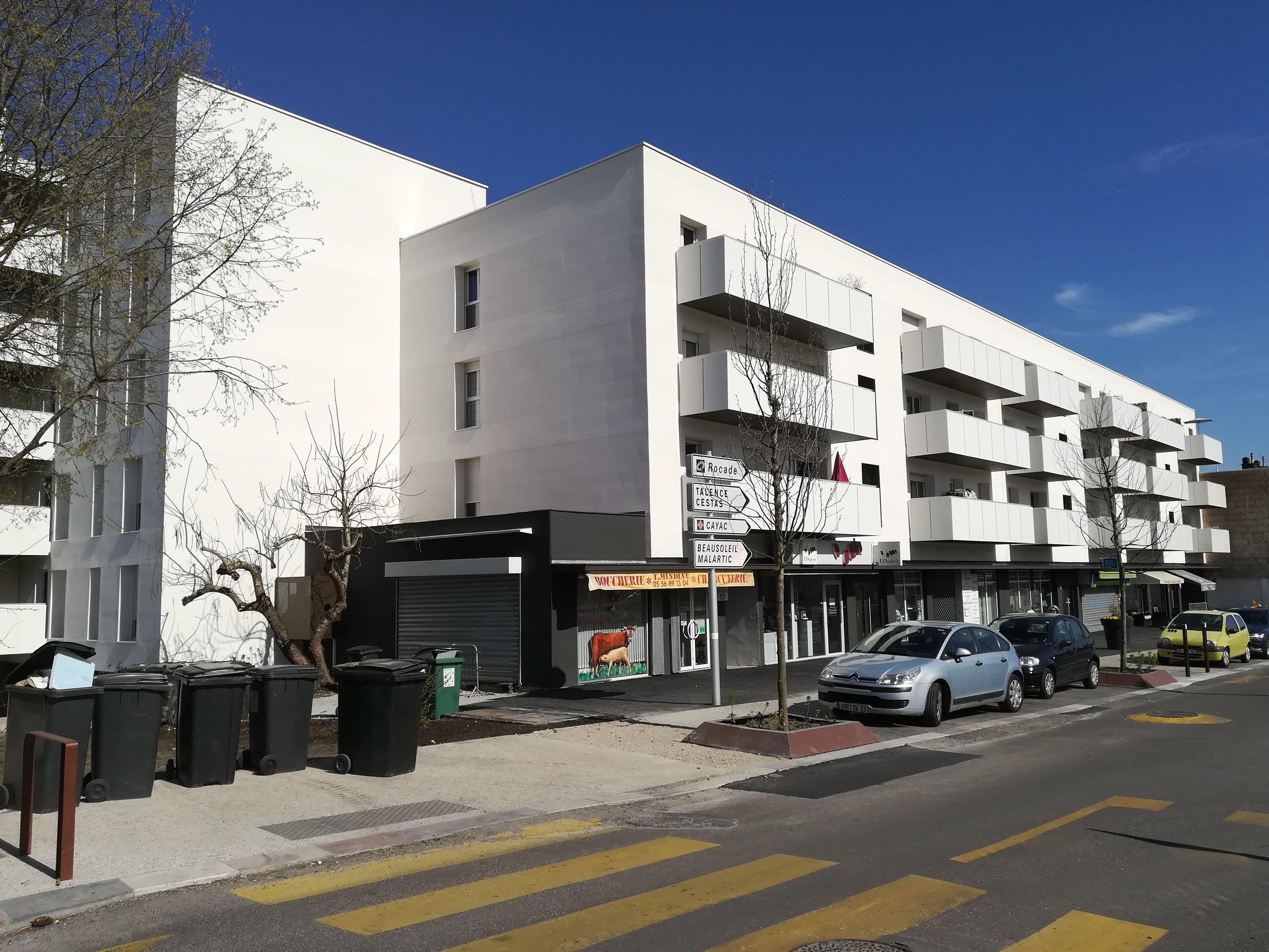 Nouvelle façade urbaine et création de balcons. Photographie du projet réalisé (prise en Mars 2019)