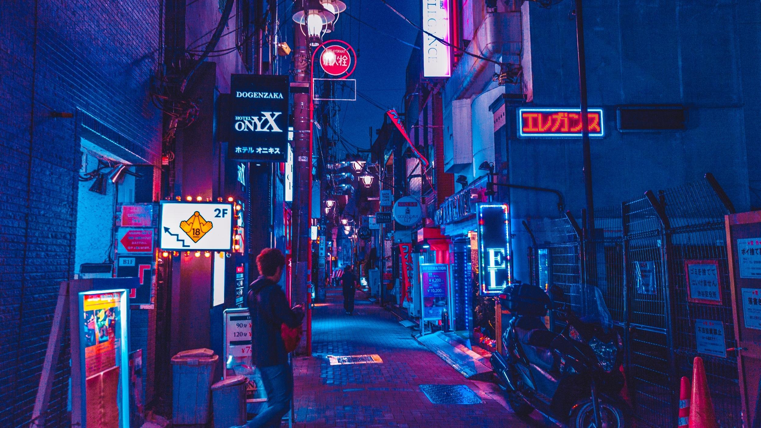 TOKYO STREETS ILLUMINATED BY NEON. CREDIT: BENJAMIN HUNG / SHUTTERSTOCK