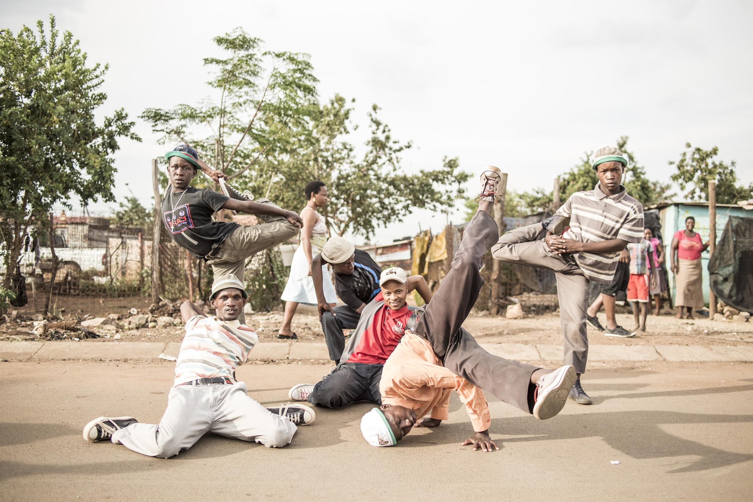 THE SKANDA DANCERS FROM SOWETO. CREDIT: CHRIS SAUNDERS