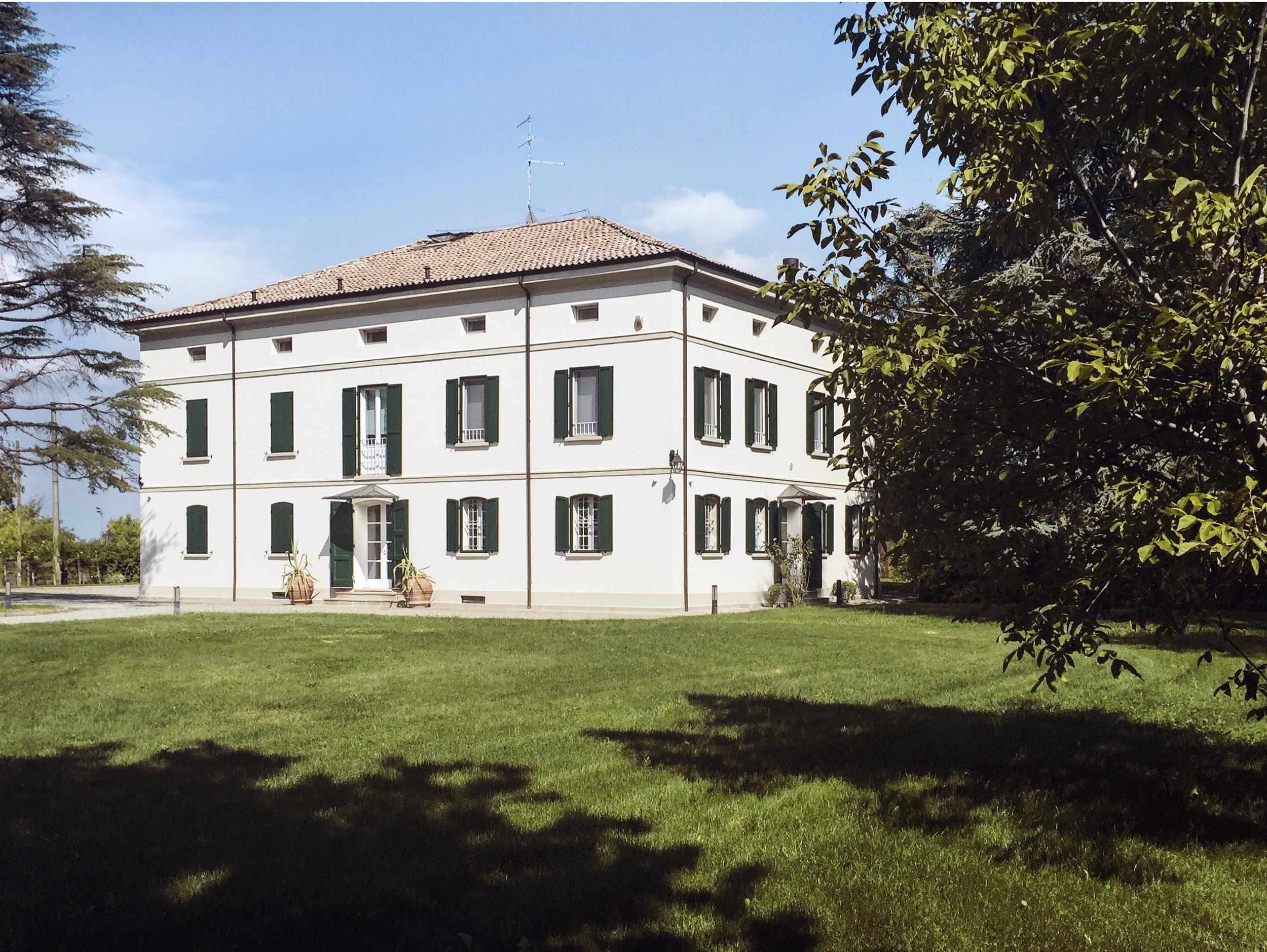 LA LOCATION - Villa Capriolo è la sede ideale per ospitare workshop, eventi, residenze e progetti disegnati ad hoc per quanti cercano un posto tranquillo, riservato, esclusivo e facilmente raggiungibile.