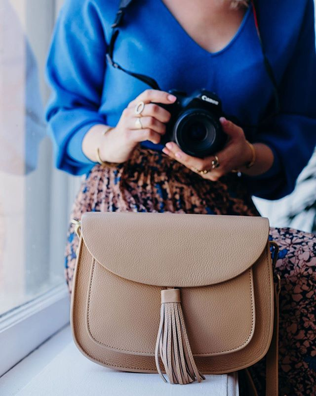 For those who couldn't decide between Lola Noir and Lola Miel, here's Lola Sand!  Shot by @MerakiNarrative⁠ Chic Camera Bag: Lola Sand⁠ #GattaBag⁣⁠