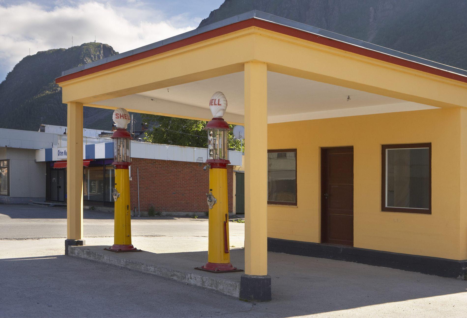 FREDET: Denne bygningen er den eldste originale bensinstasjonen i Nordland.Foto: Tore Wuttudal Samfoto  Stasjonen i Mosjøen er et typisk eksempel på den funksjonalistiske stilen, som slo for fullt igjennom i Norge på 1930-tallet. Den er også den eldste originale bensinstasjonen i Nordland.  Bygningen var i bruk som bensinstasjon fram til 1954. I dag er stasjonen en del av  Helgeland museum . Den er restaurert av museet i samarbeid med Nordland fylkeskommune, og kan besøkes i sommersesongen.