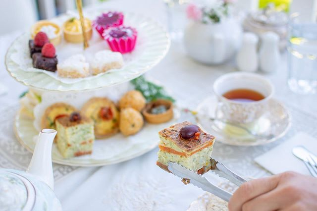 Traditional High Tea balances petite yet decadent sweets with flavoursome savouries, like the classic frittata, made in-house with fresh seasonal vegetables and herbs. 🍅 🌿 😋  IC @tweed_coast_photography . . Happy weekend friends!