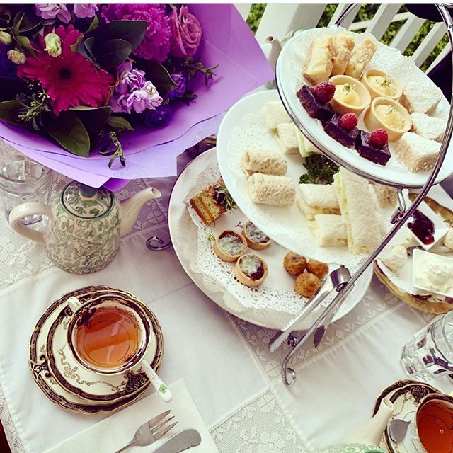Tea ✅ cake ✅ flowers ✅ ... Sundays in style via @natalieclare 💕💕
