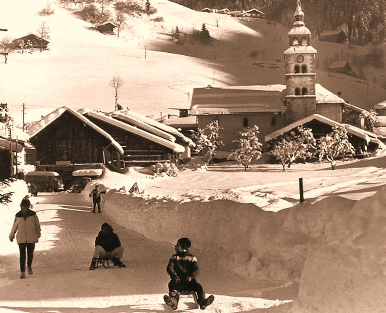 La route principale du village devant l'hôtel en hiver