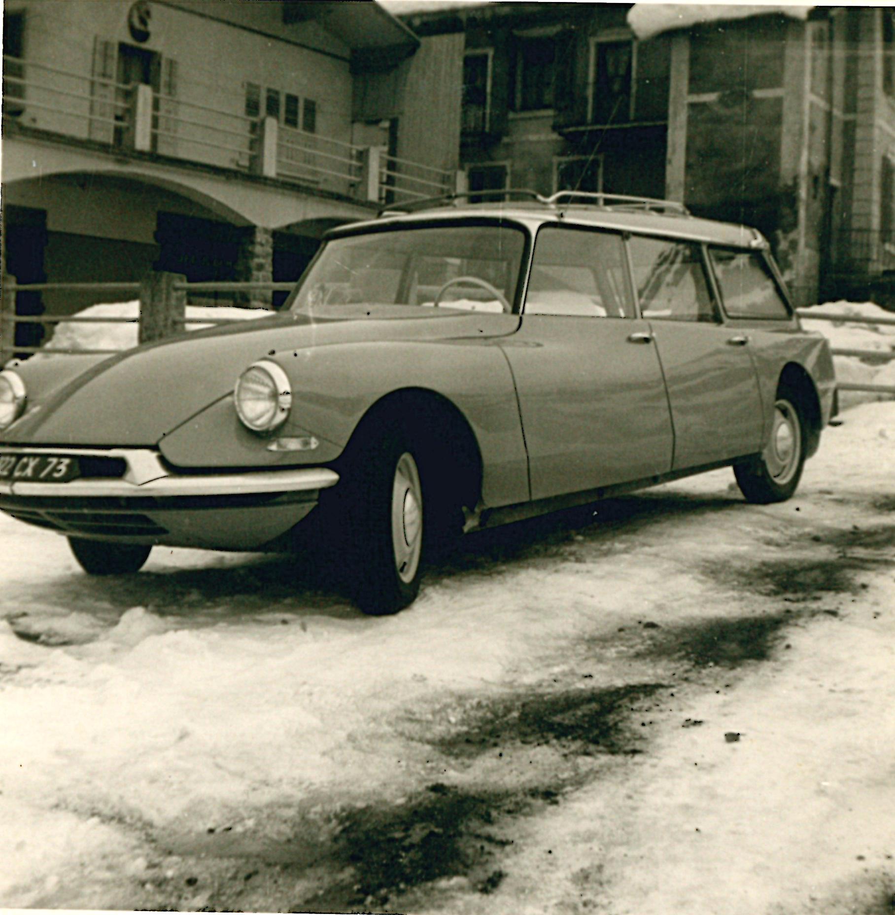 L'une des nombreuses voitures qui servait de taxi ou d'ambulance pour les vacanciers qui venaient en vacances l'hiver.