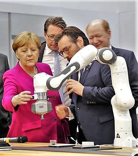 """Auch Bundeskanzlerin Angela Merkel ließ sich von Prof. Dr. Sami Haddadin den von ihm entwickelten Roboterarm """"Franka Emika"""" erläutern."""