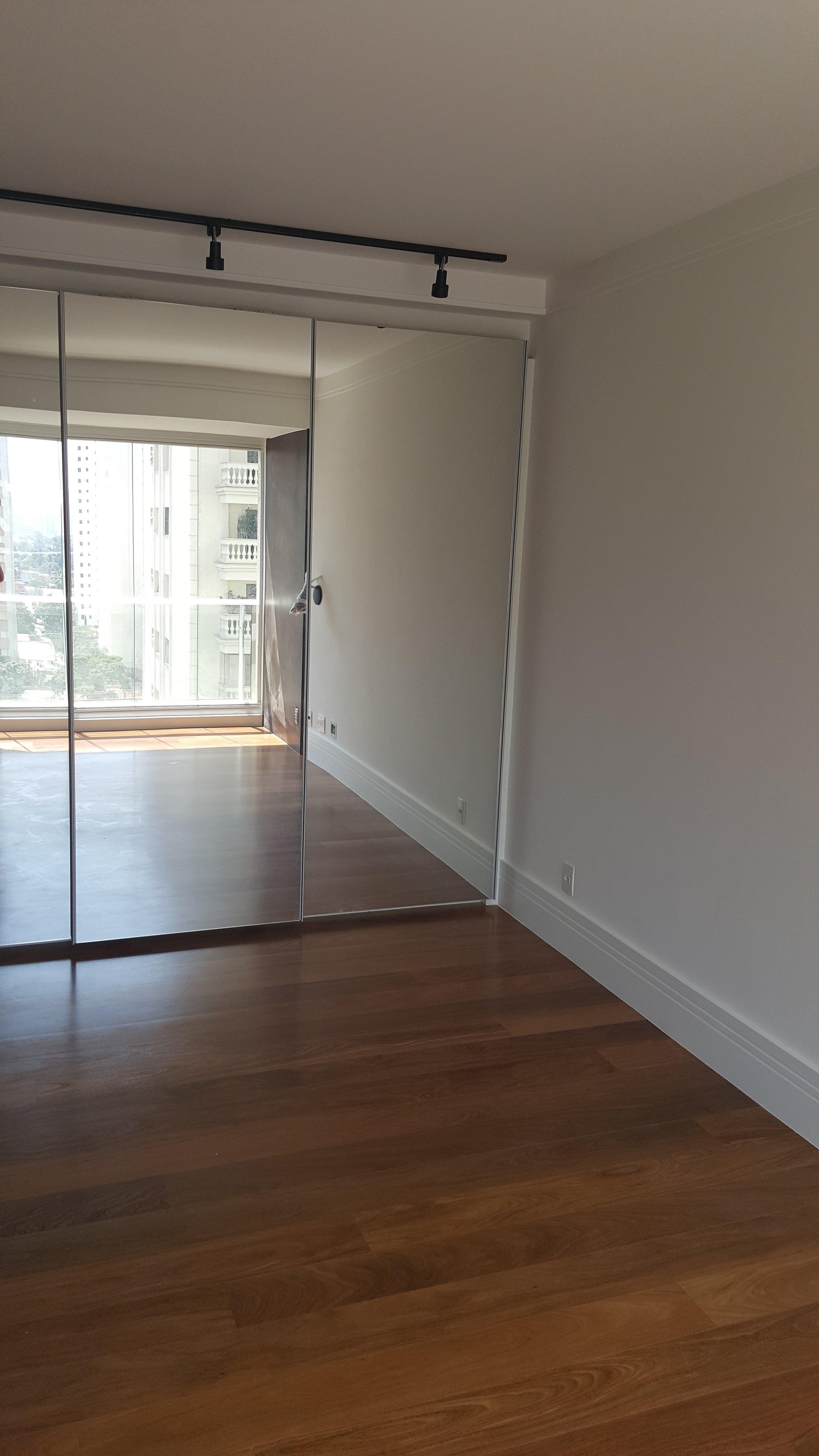 as portas dos armários já com os espelhos