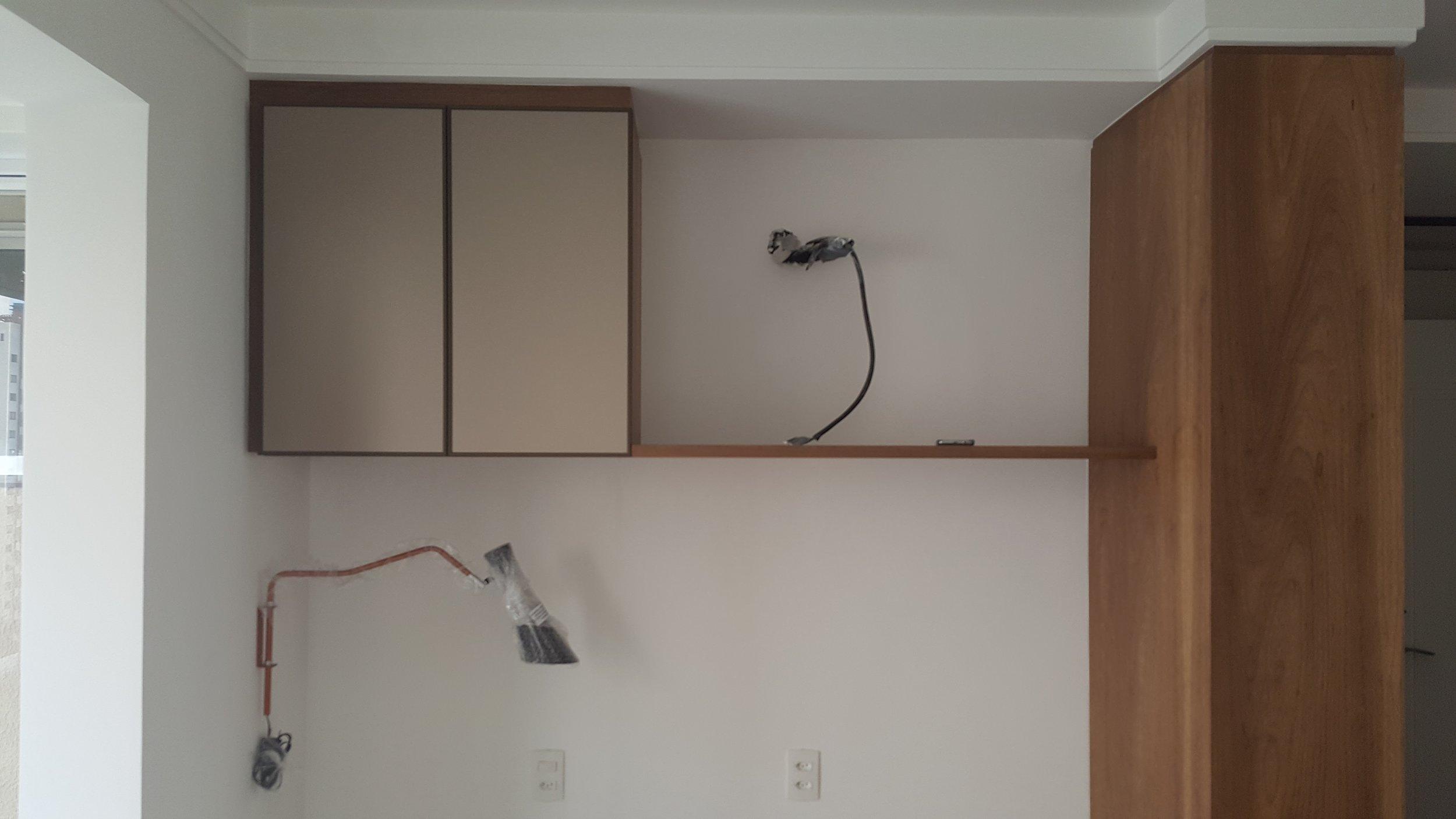 marcenaria e luminárias instaladas. nesta parede ainda falta o papel de parede