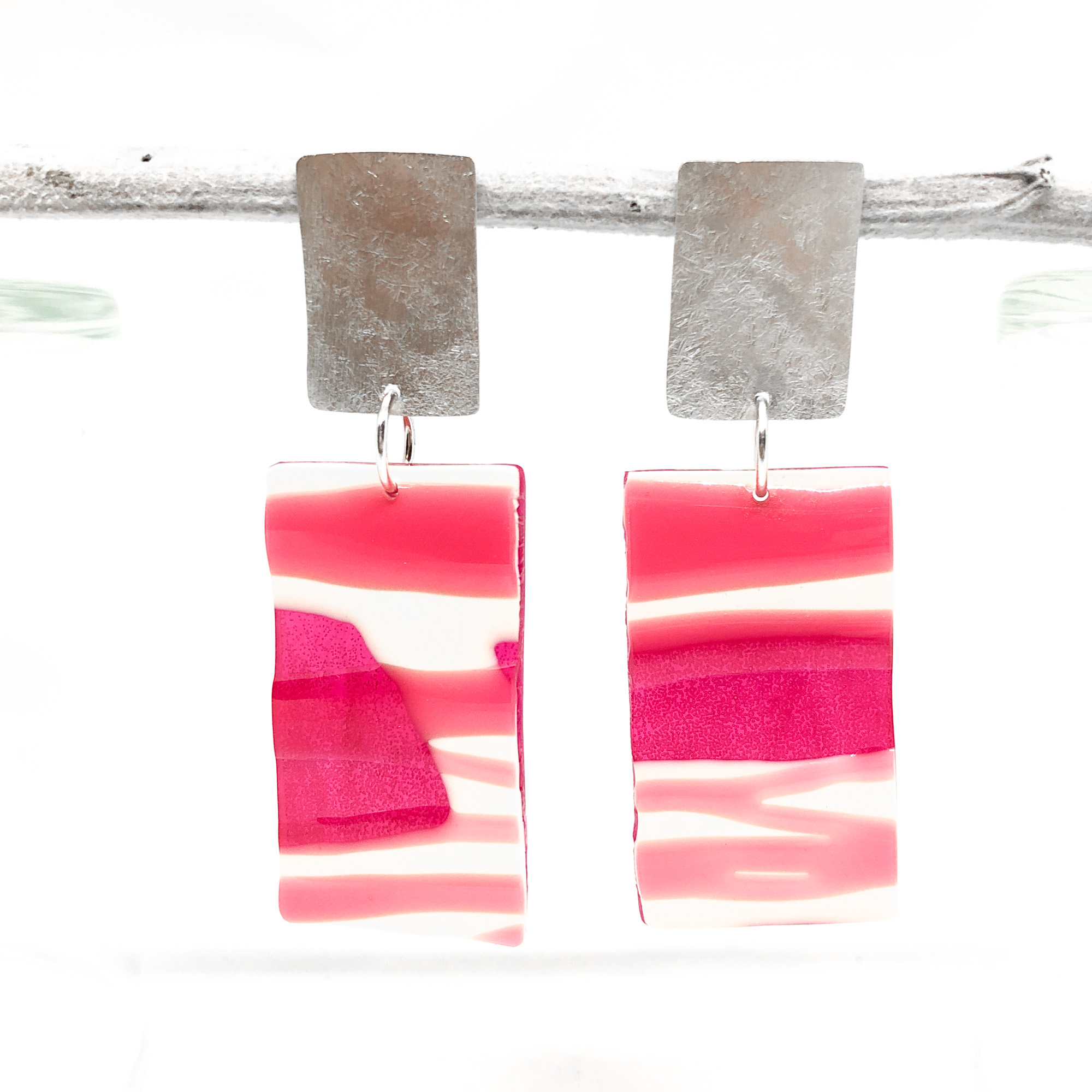 light and yummy  resin earrings - • glossy raspberry pink and cream colour• drop length approx. 7 cm• resin • hammered sterling silver• red3• 70 euro