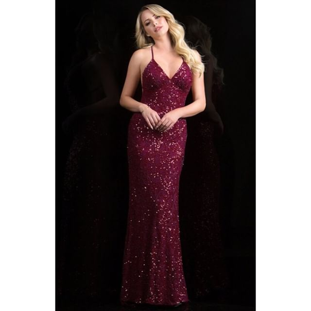 We ❤️❤️❤️ this evening gown - the stunning wine colour and the beautiful embellishment work so well together! #beadeddress #beadedgown #reddress #promdress #occasionwear #style #luxury #fashion #chelsea #kingsroad #musekingsroad