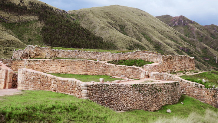Explore Puka Pukara - Uncover the fascinating history of this amazing Inca fort, guarding the road to the Sacred Valley.