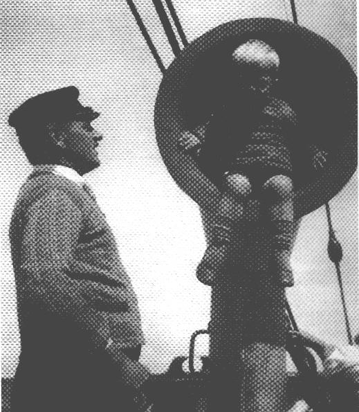 Fyrskibsfører Aage Rasmussen fra Fanø med sønnen Svend Aage ombord på Skagens Rev Fyrskib i slutningen af 1920èrne.