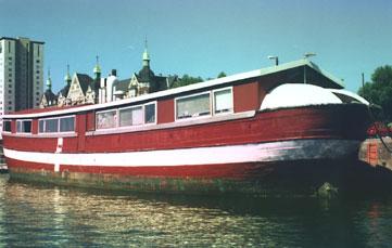 Direkte ved indsejlingen til Frederiksholm`s Kanal, ligger den som beboelsesskib.Foto: BULITO 2001.