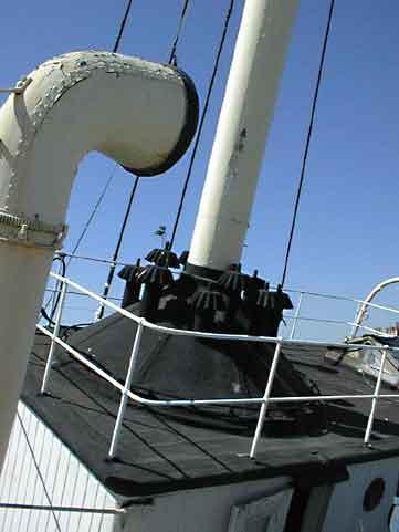 Das Schiff hat nie einen elektrifizierten Laternenmast besessen. Auf dem Bild ist ansatzweise noch der «Korb» für die Petroleumslaternen zu erkennen. Ebenfalls zu erkennen ist das extrem grosse Nebelhorn, das sich um 360° drehen liess