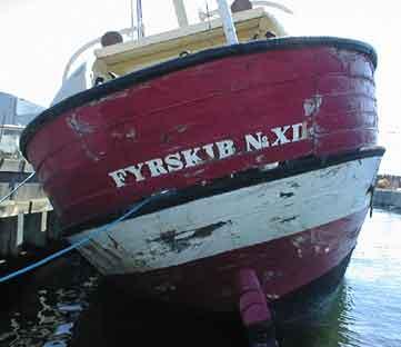 Das Feuerschiff befindet sich heute in Holmen «Refshaløen» und liegt auf Grund. Das Wasser steht bis zum Oberdeck im Schiff und es liegt BB an der Reling.