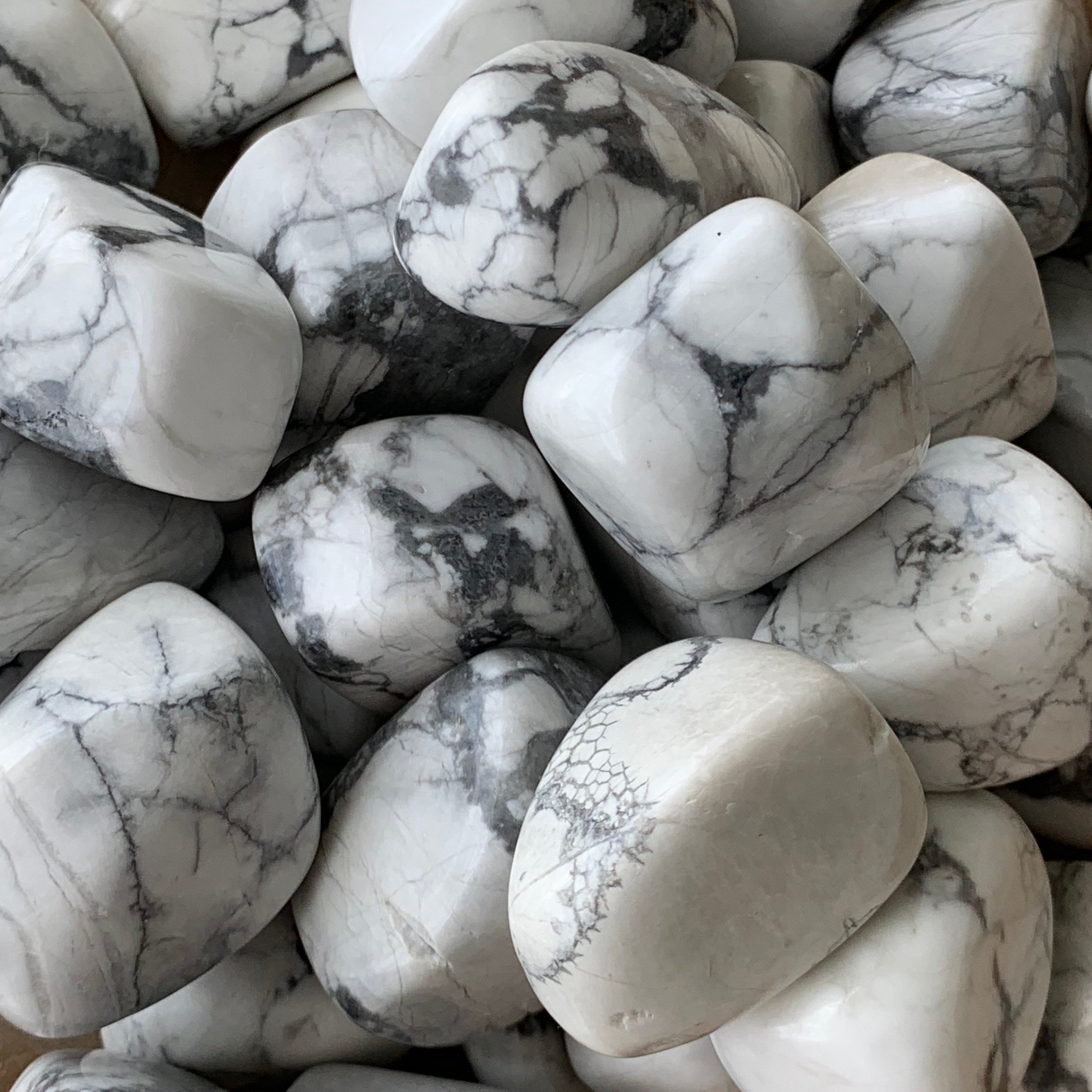 Howlite  stones have a lovely soothing energy that will help to alleviate stress, and may help to calm fits of anger and bad temper. They have extremely useful metaphysical  properties  that will aid you to deal with belligerent or aggressive people and soothe anxieties.