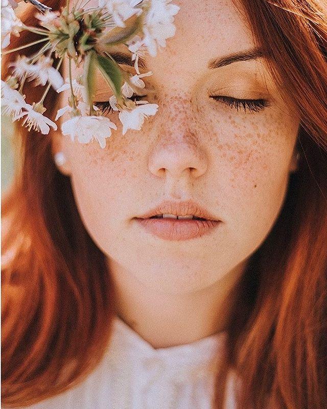 Pragnienie słońca i ciepła w końcu przyprowadziło wiosnę! Miejmy nadzieję, że na dobre bo czas naładować baterie!! Zdjęcie buchnęliśmy @ania.margoszczyn bo tak nam się podobało, że od wczoraj patrzymy na nie dużo i się nadziwić nie możemy tej pięknej buzi!!! Miłego dnia! #snapalbums #snapalbumslove #aniamargoszczyn #albumy #pieknealbumy #zachowujemywspomnienia #inspiracje #wiosna #zainspirujsie