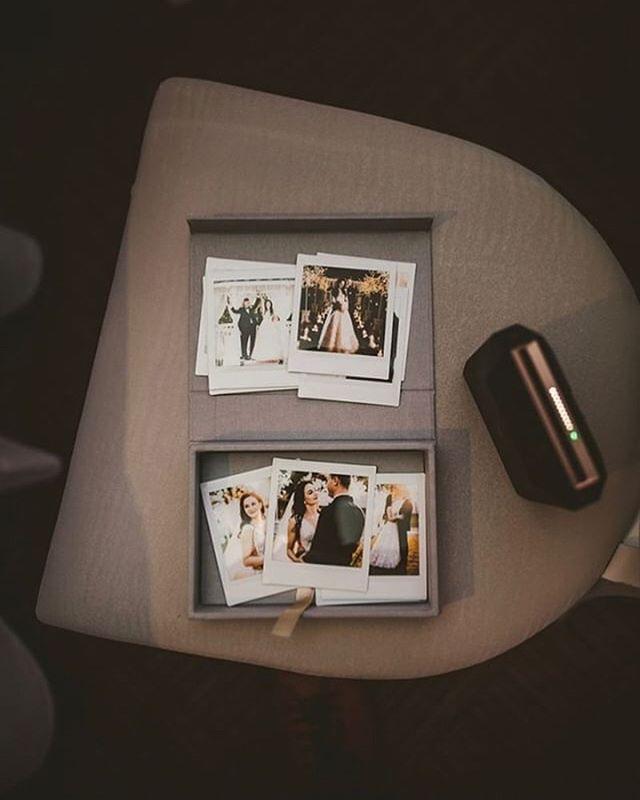 Każde zdjęcia w tych pudełkach wyglądają przeeesuuuuper! Takie instaxowe też! 🤩 Miłosz @bolechowski.pl i Jego pomysł na prezent dla pary! Super co??😍 #snapalbums #bolechowski #fotografia #inspiracje #pudelkanaodbitki #produktydlafotografow #najpiekniejszewaszezdjecia #madewithstories #madewithlove