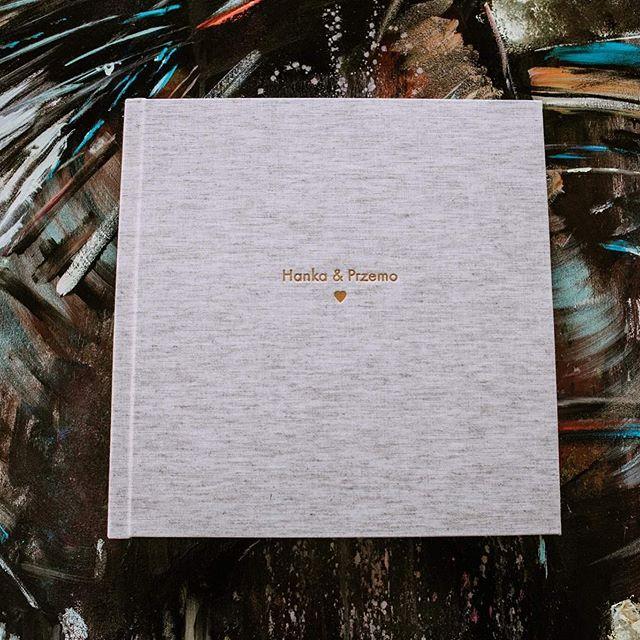 Cztery najbardziej klasyczne opcje snapowego albumu: format 25x25; płótno Natural Raw; złote tłoczenie i serduszko, które ostatnio tłoczymy prawie na każdym albumie!! Jeśli ciężko zdecydować się na kolor okładki i dodatki do albumu to ta opcja się sprawdzi!! Na 100%! Fot. @sztukastudio.pl #snapalbums #albumyslubne #sztukastudio #albumydlafotografow #wspomnienia #najpiekniejszewaszezdjecia #inspiracje #zainspirujsie #naturalnelny #oprawyzdjec
